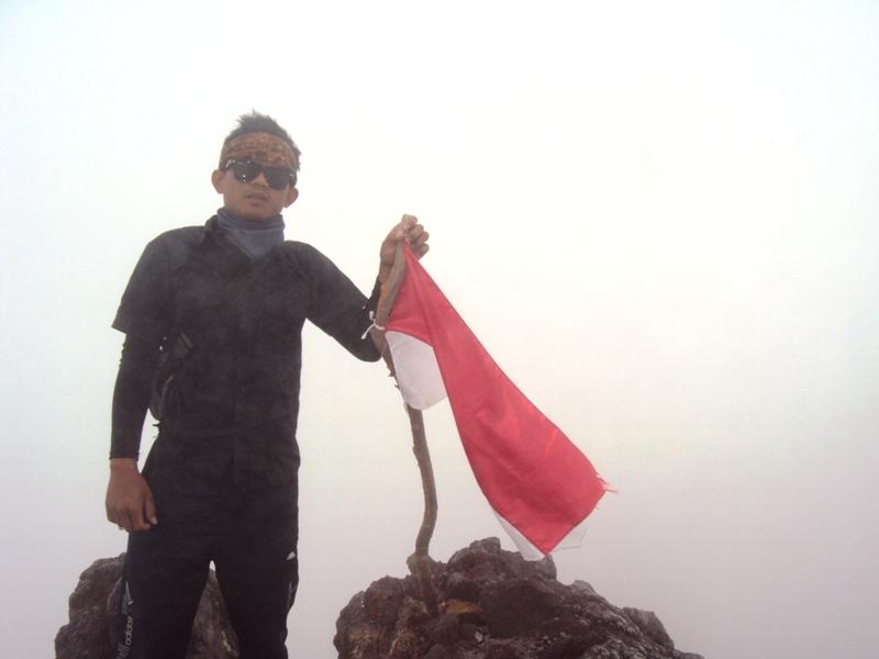 Eko Syamsudin di atas puncak Gunung Merapi.