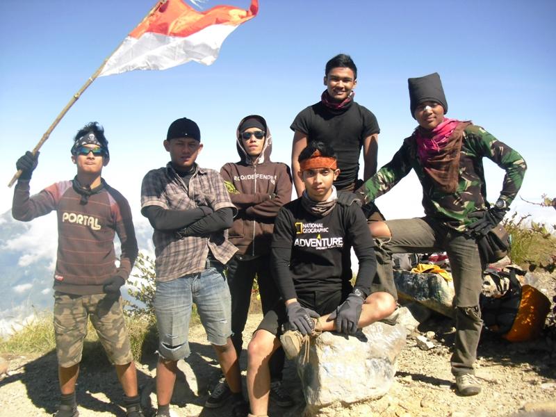 Agus - Eko Syamsudin - Husein - Rully Adam Dalyono - Abang - Rahmad Amri Hasbullah (Ucok) di Puncak Gunung Sindoro, Setitik tanah Surga di Indonesia